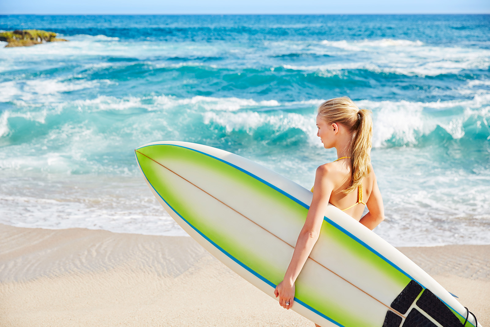 Blond girl with surfboard  | Dovis Bird Agency Photography