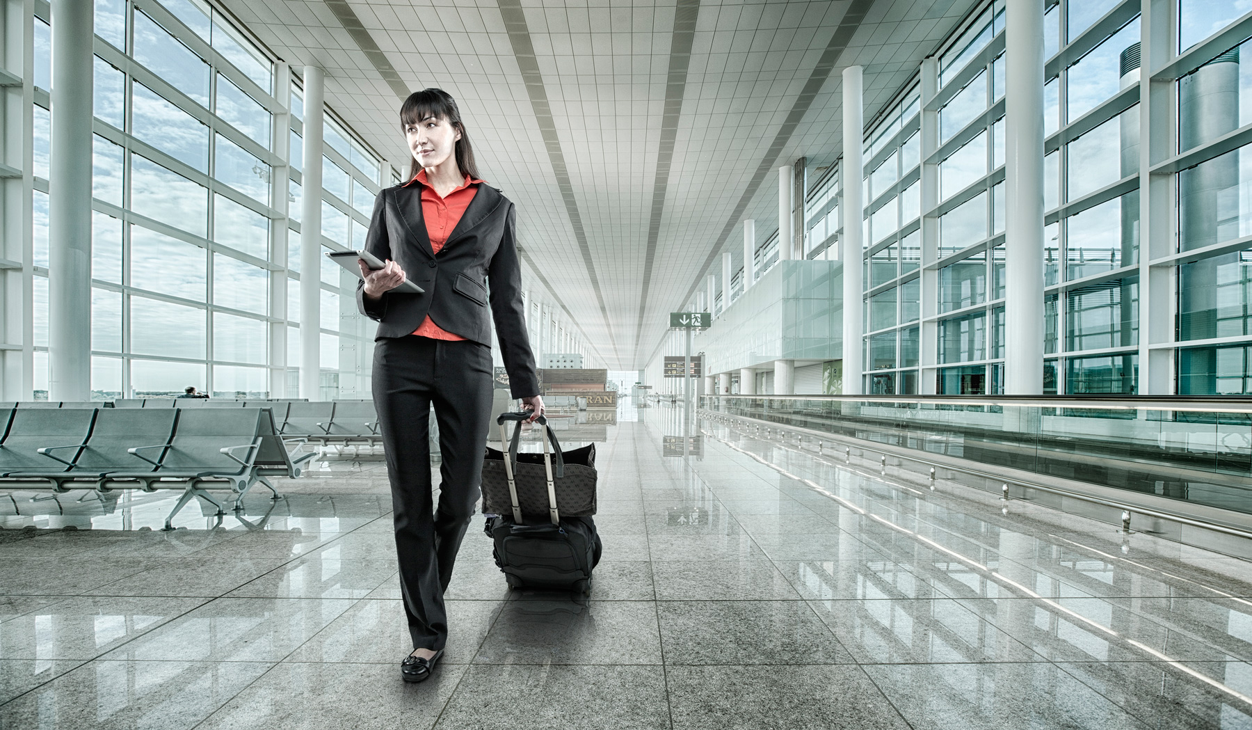 Business woman in airport | Dovis Bird Agency Photography