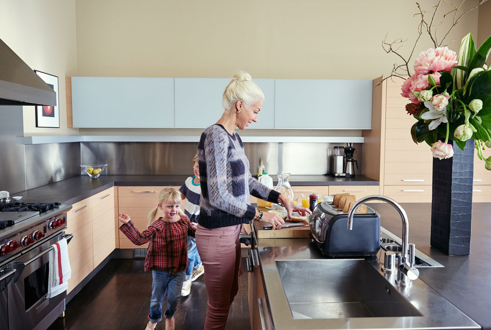 Mom making dinner in kitchen  | Dovis Bird Agency Photography